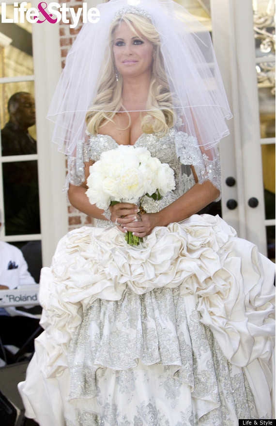 Kim zolciak 39 s wedding to air on bravo special for Wedding dress in atlanta