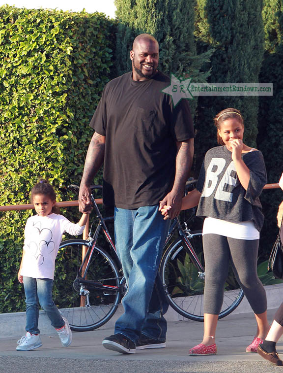 spotted shaquille oneal christmas shopping with his kids